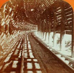 Vista di un tratto di ferrovia con copertura per la neve
