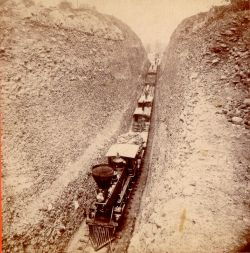 Treno che attraversa il Bloomer Cut, un corridoio nella roccia di 800 piedi.