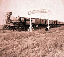 La Union Pacific durante una escursione mentre attraversa il segnale delle 247 miglia da Omaha e del 100° meridiano raggiunto
